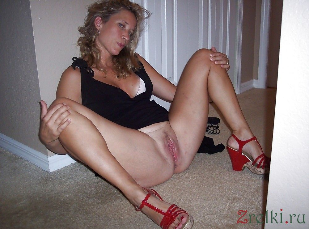 legs spread Mature woman