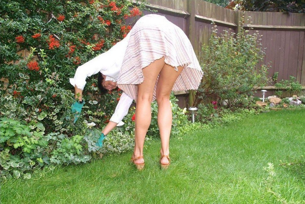Hot American housewife working naked in the garden. Full-size picture #4