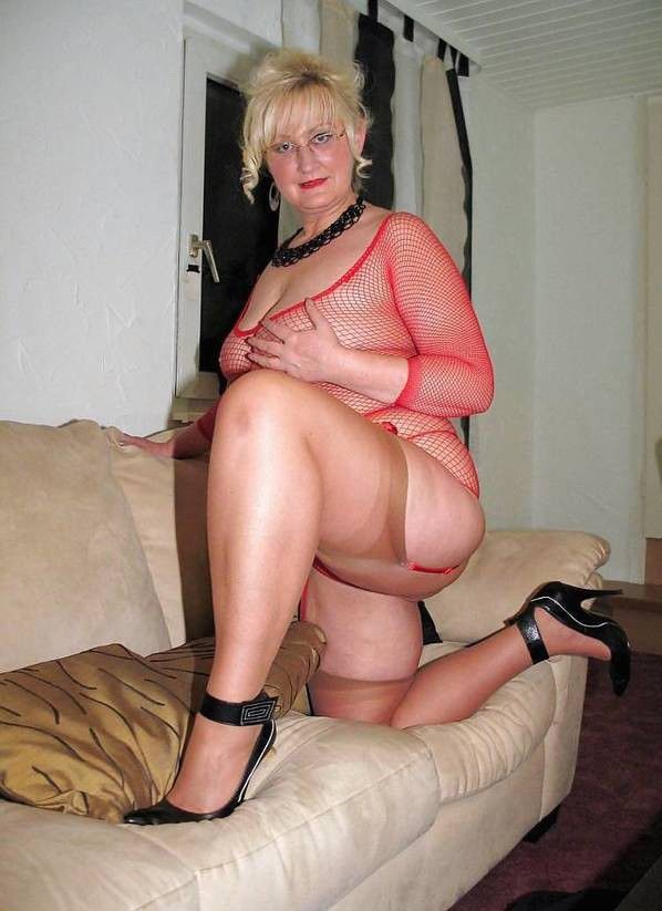 Amateur posing mature women